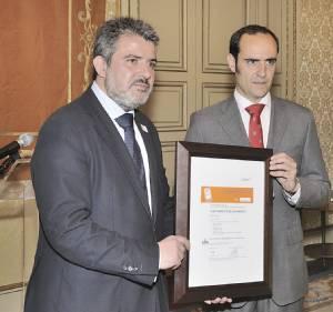 El concejal de Medio Ambiente, Emilio Arroita, recibiendo la ISO 14001